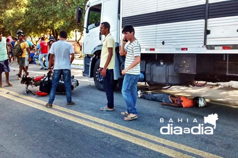 Motociclista foi parar embaixo do caminhão. (Foto:Reprodução/Whatsapp)