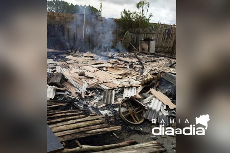 Foto: Vizinhos tentaram apagar o fogo, mas as chamas tomaram conta da casa. (Foto: Reprodução/BAHIA DIA A DIA)