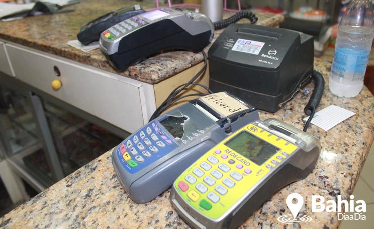 Bandidos danificaram maquinetas de cartão.