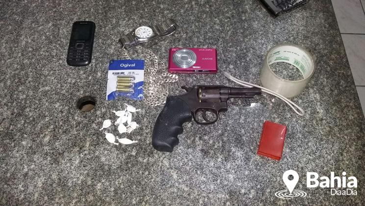 Material encontrado com a jovem foi apreendido. (Foto: Divulgação/PM)