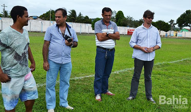 Coronel percorreu e avaliou vários aspectos do estádio em Itabela. (Foto: Alex Gonçalves/BAHIA DIA A DIA)