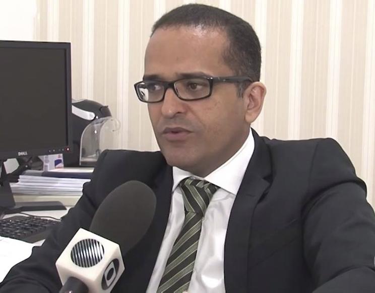 Promotor de Justiça, Helber Batista, explica que há um prazo legal de 30 dias para deliberar medidas cabíveis em relação aos documentos.(Foto: Reprodução/TVSantaCruz)