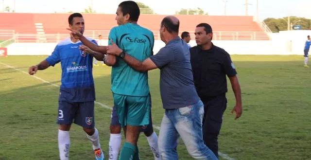 Àrbitro teria sido agredido por jogadores e equipe técnica da equipe Teixeirense. (Foto: Esportenamidia)