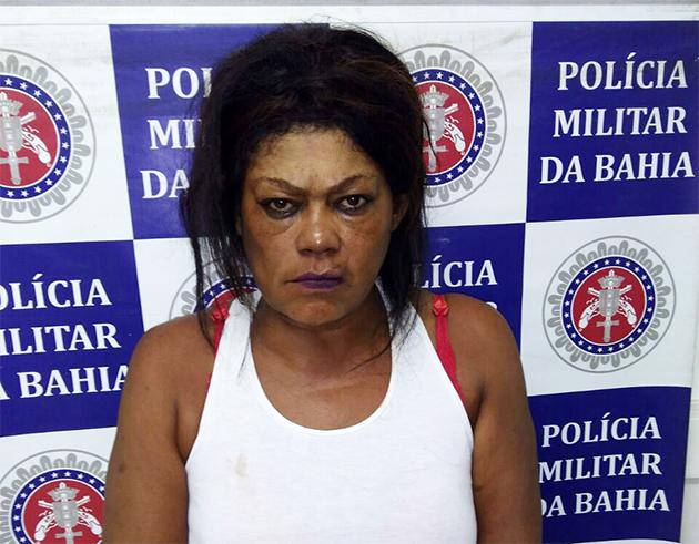 Bárbara Moreira dos Santos foi presa após de ser flagrada com 60 pedras de crack escondidas dentro da vagina. (Foto: BAHIA DIA A DIA)