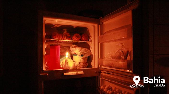 """Dona de casa disse que teve alimentos estragados devido o """"apagão"""" (Foto: Alex Gonçalves/Bahia Dia a Dia)"""