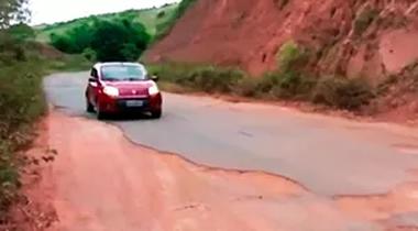 Estrada esburacada causa riscos a motoristas (Foto: Reprodução/TV Santa Cruz)