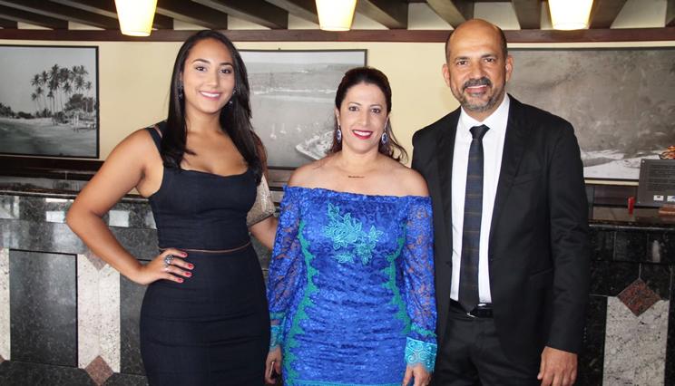 Claudia Oliveira, ao lado do seu esposo, Robério Oliveira e da filha, Larissa.