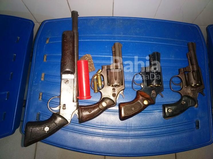 Polícia apreende armas usadas pelos suspeitos na ação. (Foto: Divulgação/PM)