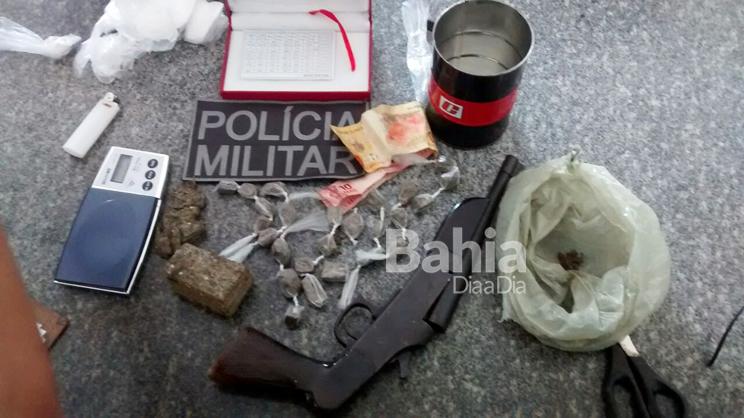 Drogas e arma foram apreendidos pela polícia. (Foto: Divulgação/PM)