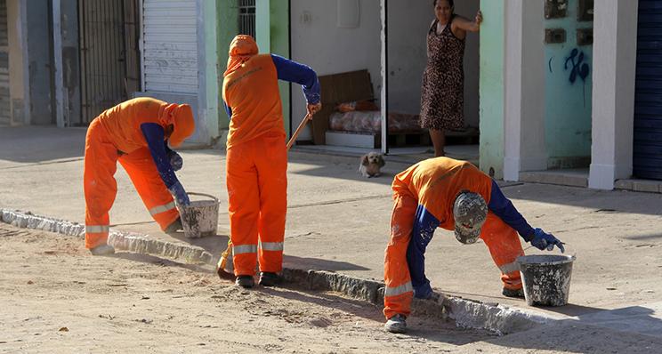 Equipes realizam serviços de pinturas de meio fio em toda cidade. (Foto:Alex Barbosa/Bahia Dia a Dia)