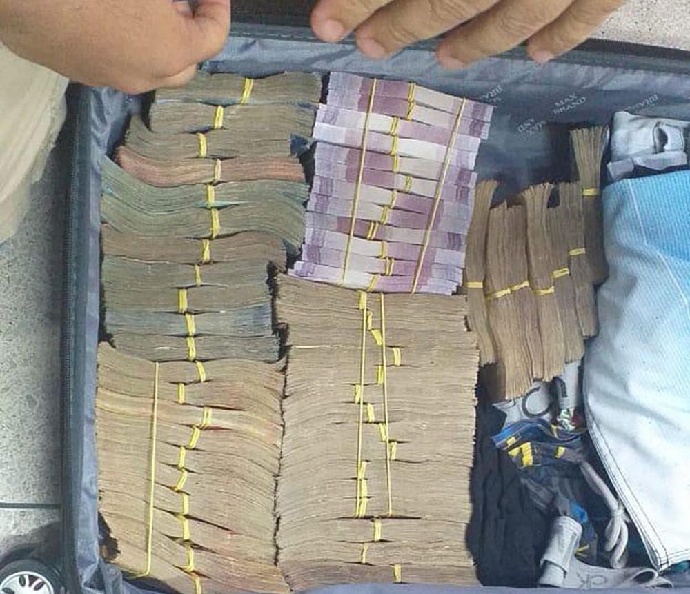 Foto: Divulgação/Polícia Federal - Mala com dinheiro encontrada com homens suspeitos de furtarem banco em Teixeira de Freitas.